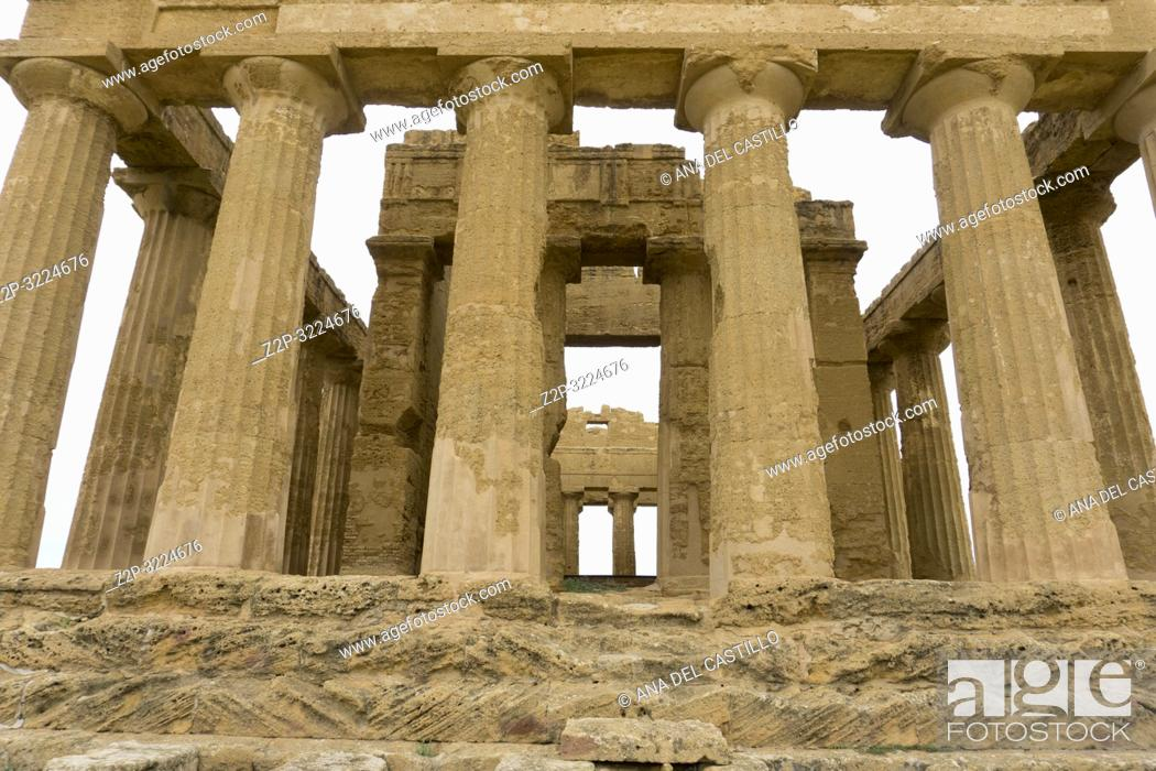 Imagen: Concordia temple in the Valley of the Temples, Agrigento Sicily Italy on October 11, 2018.