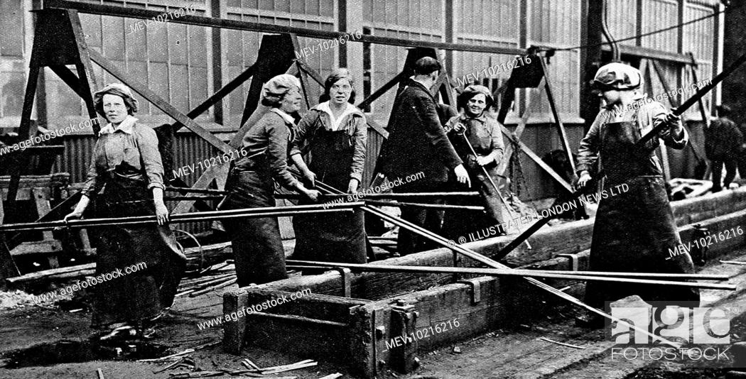 Photo de stock: Female workers at a naval ship-building yard in 1916. World War I saw women taking on traditionally male jobs for the first time.