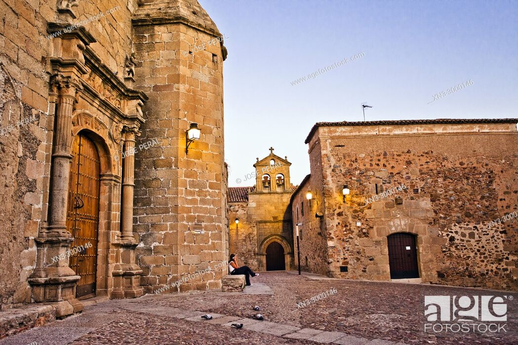 Imagen: On background Church and convent of San Pablo, At left Church of Saint Matthew, Iglesia de san Mateo, San Mateo square, Old Town of Cáceres.