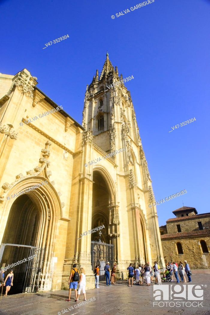 Imagen: Gothic facade of the Cathedral Oviedo, Asturias, Spain.