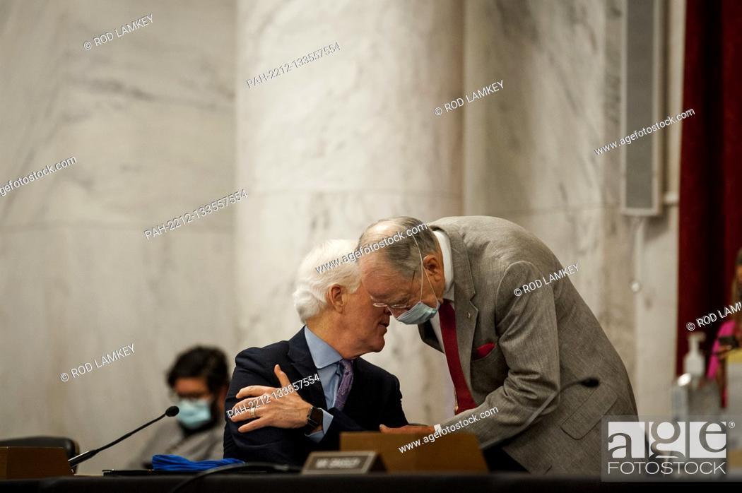 Photo de stock: United States Senator John Cornyn (Republican of Texas), left, and US Senator Chuck Grassley (Republican of Iowa), chat prior to the Senate Judiciary Committee.