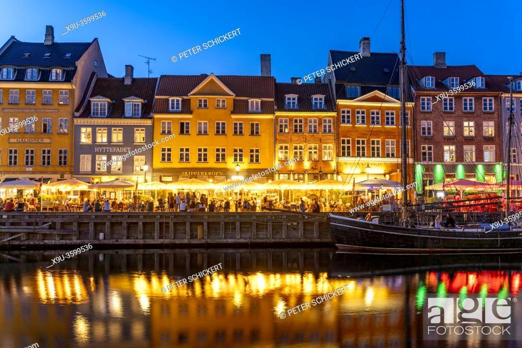Stock Photo: Bunte Häuser, Restaurants und historische Schiffe am Kanal und Hafen Nyhavn in der Abenddämmerung, Kopenhagen, Dänemark, Europa | Colourful facades.