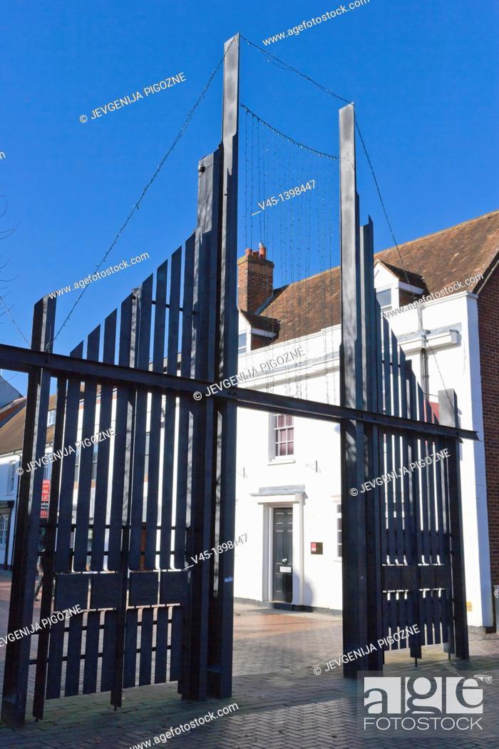 Imagen: Gate into London Street, Basingstoke, Hampshire, England, UK.