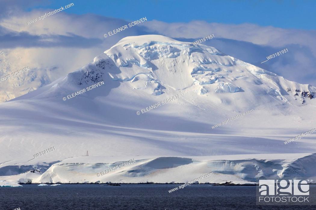 Imagen: Glaciers, iceberg and misty mountains, off Cape Errera, Wiencke Island, Antarctic Peninsula, Antarctica, Polar Regions.