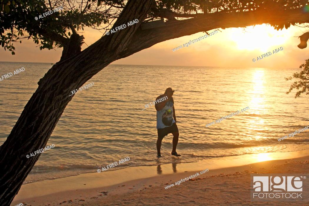 Imagen: Sunbather at sunset, Barú Peninsula, Caribbean Sea, Colombia.