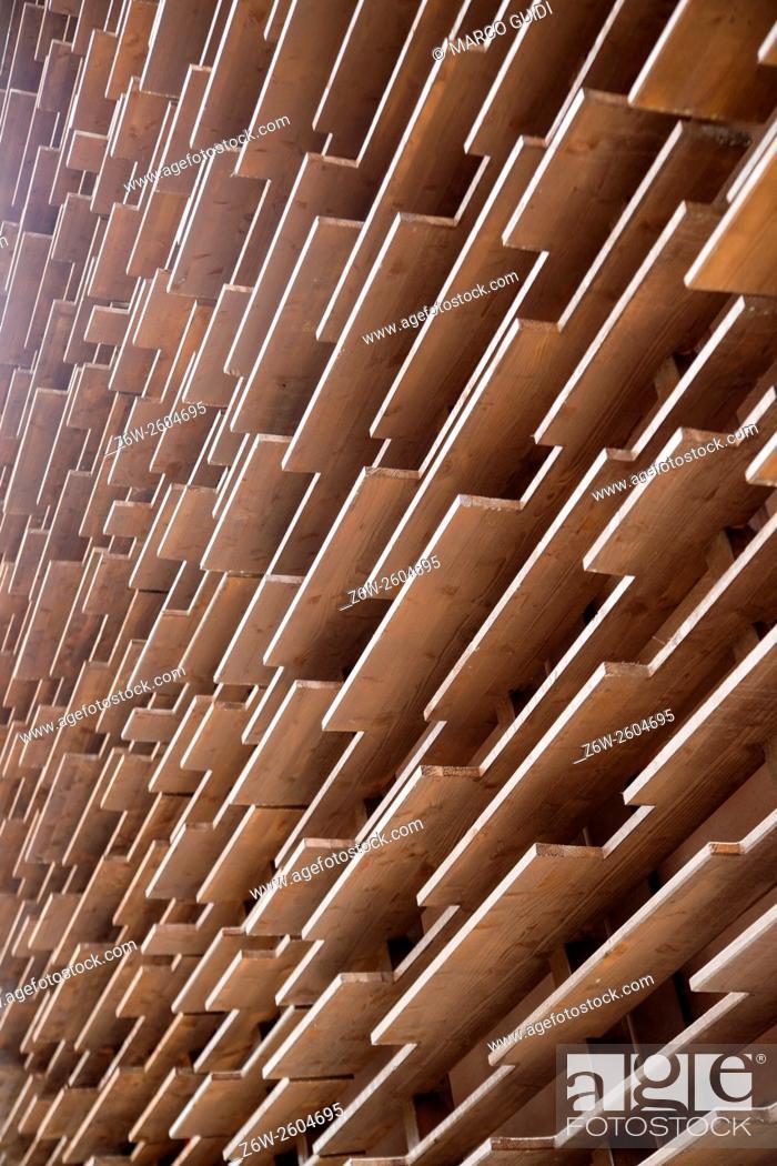Imagen: Perimeter wall of building built in wooden boards.