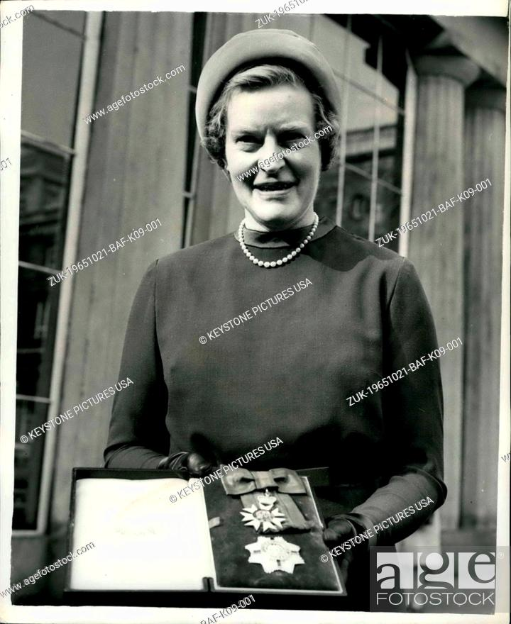 Imagen: Oct. 21, 1965 - The First Woman of the Order of St. Michael & George London: Dame Nancy Parkinson of the British Council is pictured outside Buckingham Palace.