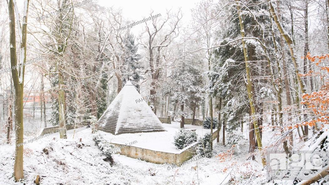 Imagen: 26 January 2021, Lower Saxony, Holle: The mausoleum of Count Ernst zu Münster from 1839 stands in the snow-covered forest along the Laves Culture Trail in the.