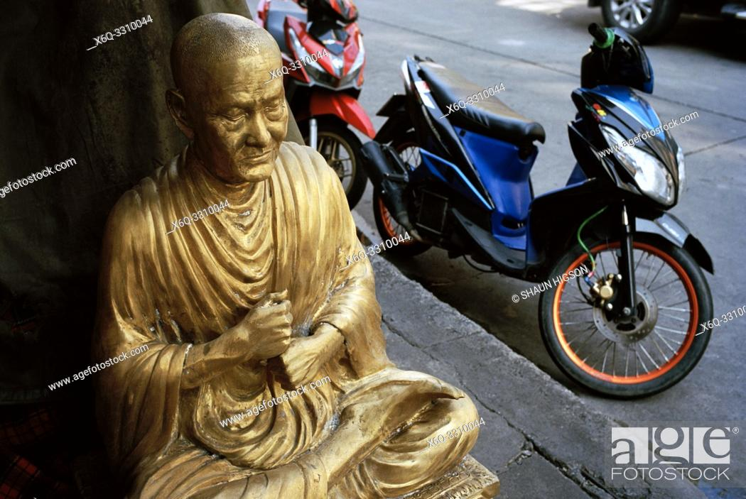 Imagen: Buddha statues in Bamrung Muang Road in Bangkok in Thailand in Southeast Asia Far East. Bamrung Muang Road is a place in Bangkok where the statues of the Buddha.