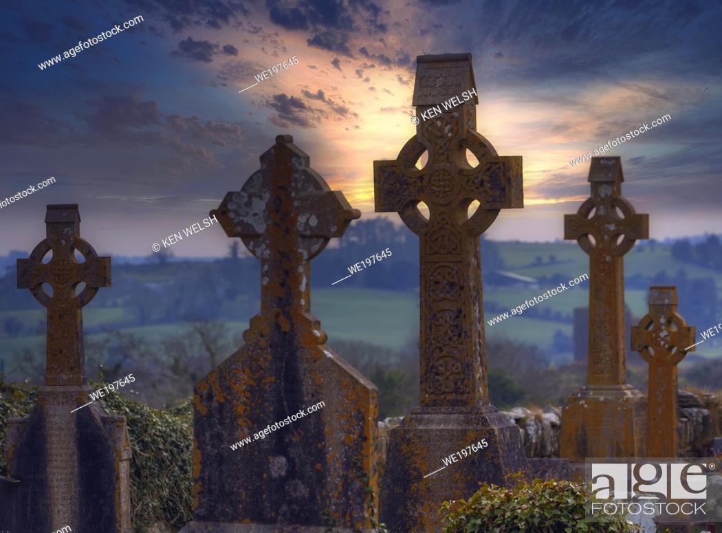 Imagen: Christ Church (Church of Ireland), Kilmeen, Rossmore, County Cork, Republic of Ireland. Eire. Celtic crosses in the graveyard.