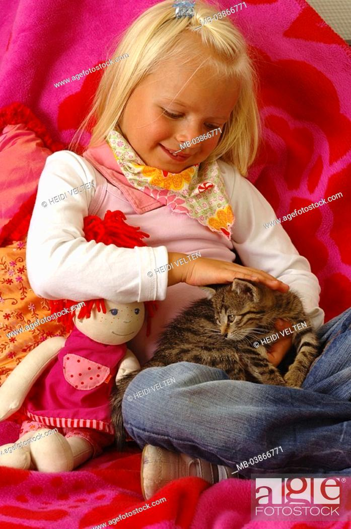 Stock Photo: Girls, smiles, doll, kittens, cuddles, series, people, 5 years child toddler blond scarf, happily, childhood, Kuscheldecke, blankets, sits, animal, pet, cat.