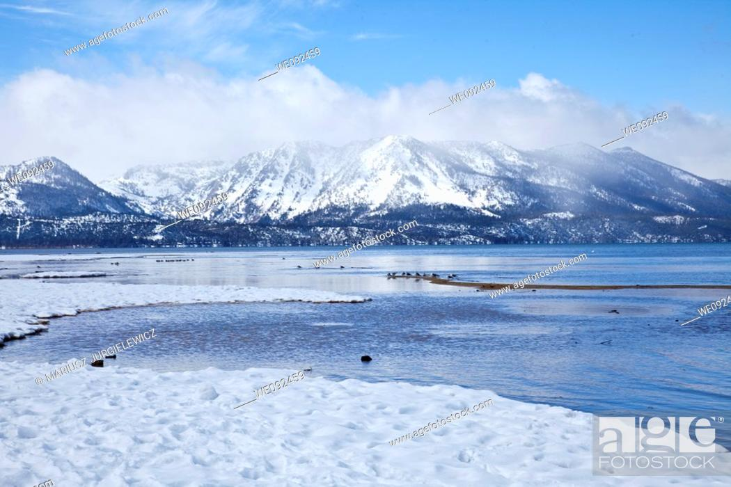 Photo de stock: Lake Tahoe is a large freshwater lake in the Sierra Nevada mountains of the United States.