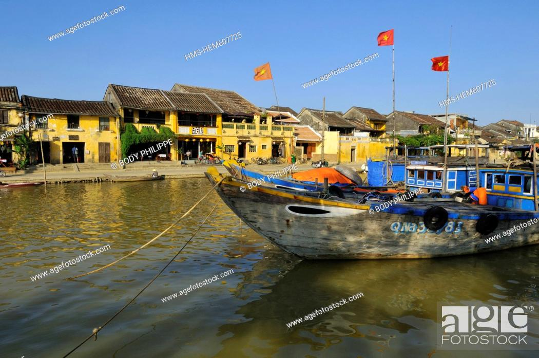 Stock Photo: Vietnam, Quang Nam Province, Hoi An, Old Town, listed as World Heritage by UNESCO, boatman on Thu Bon River.