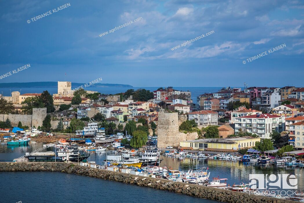 Imagen: A view of the harbor in the Black Sea port city of Sinop, Turkey.