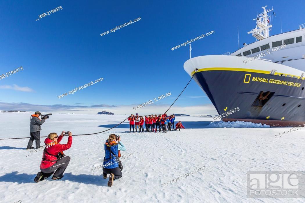 Imagen: Photographer taking family photo in front of the National Geographic Explorer on first year sea ice in Duse Bay, Erebus and Terror Gulf, Weddell Sea, Antarctica.