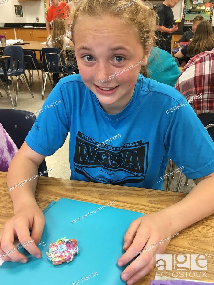 Imagen: 6th Grade Girl Using Fidget Spinner, Wellsville, New York, USA.