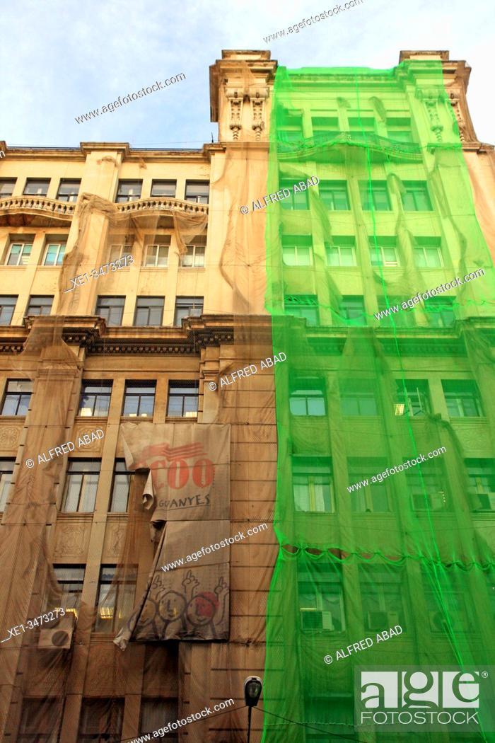 Imagen: Green canvas for the rehabilitation of the CC.OO. trade union building. Via Laietana, Barcelona, Catalonia, Spain.