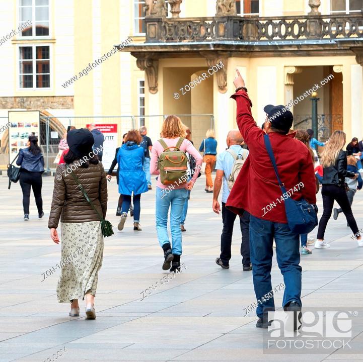 Stock Photo: Touristen aus aller Welt während der Besichtigung der Prager Burg.
