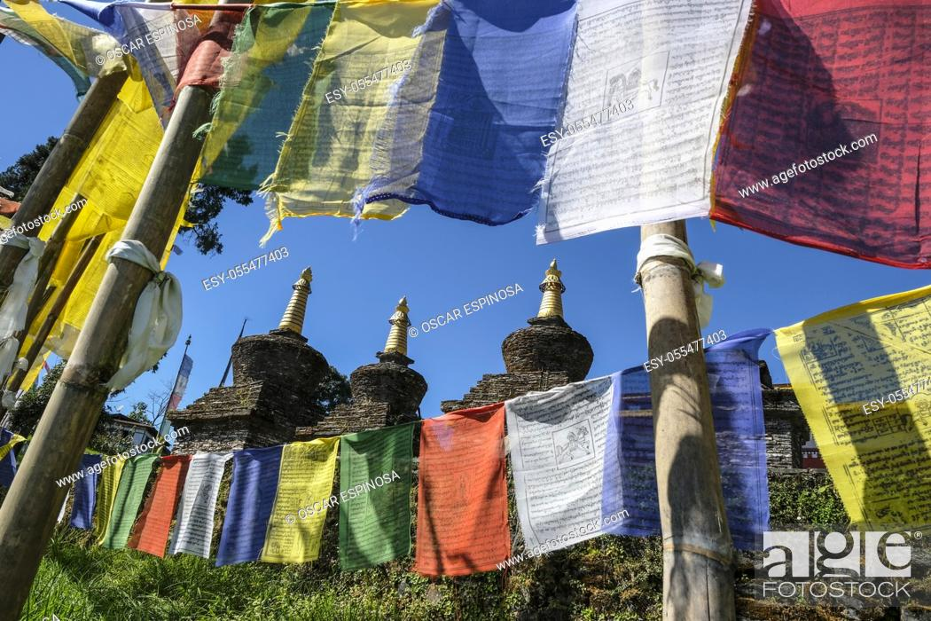 Imagen: Pelling, India - October 2020: Prayer flags and stupas in the Buddhist Sanghak Choeling Monastery in Pelling on October 31, 2020 in Sikkim, India.