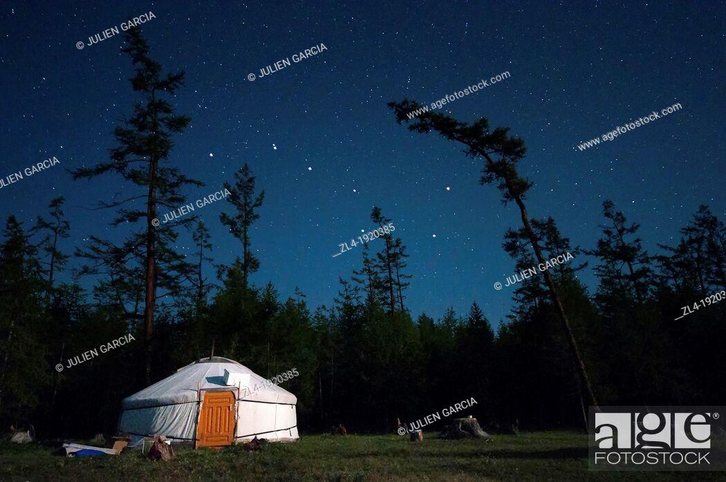 Stock Photo: The yurt and the Big Dipper. Mongolia, Khovsgol, Khovsgol lake. (/Julien Garcia).