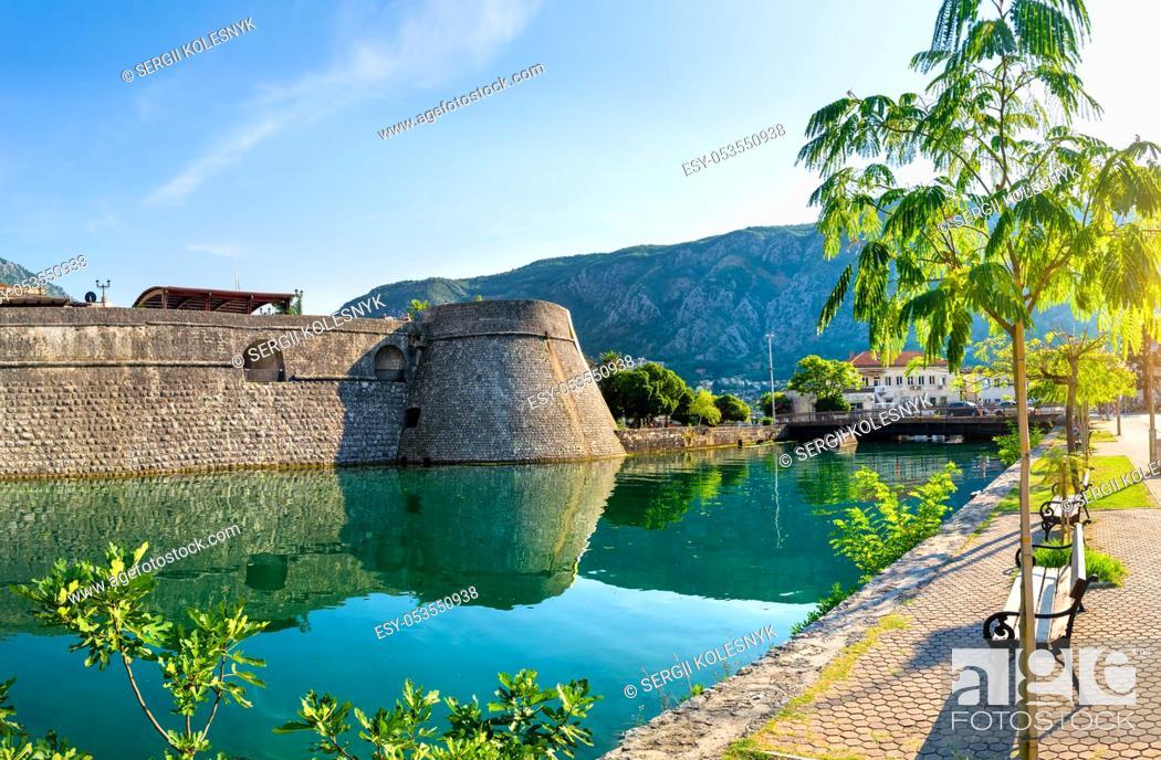 Imagen: Kotor Venetian fortifications, Kampana Tower Old Town, Montenegro.