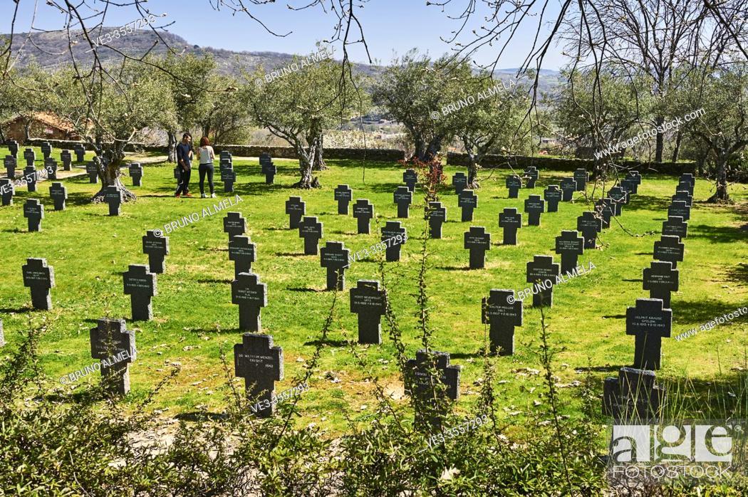 Imagen: Tombstones in the German Soldiers Cemetery in Cuacos de Yuste, Extremadura (Spain).