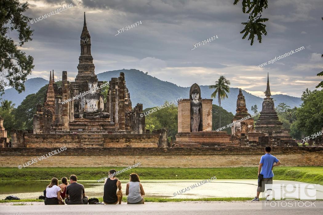 Stock Photo: Tourists, in Wat Mahathat, Sukhothai Historical Park, Sukhothai, Thailand.