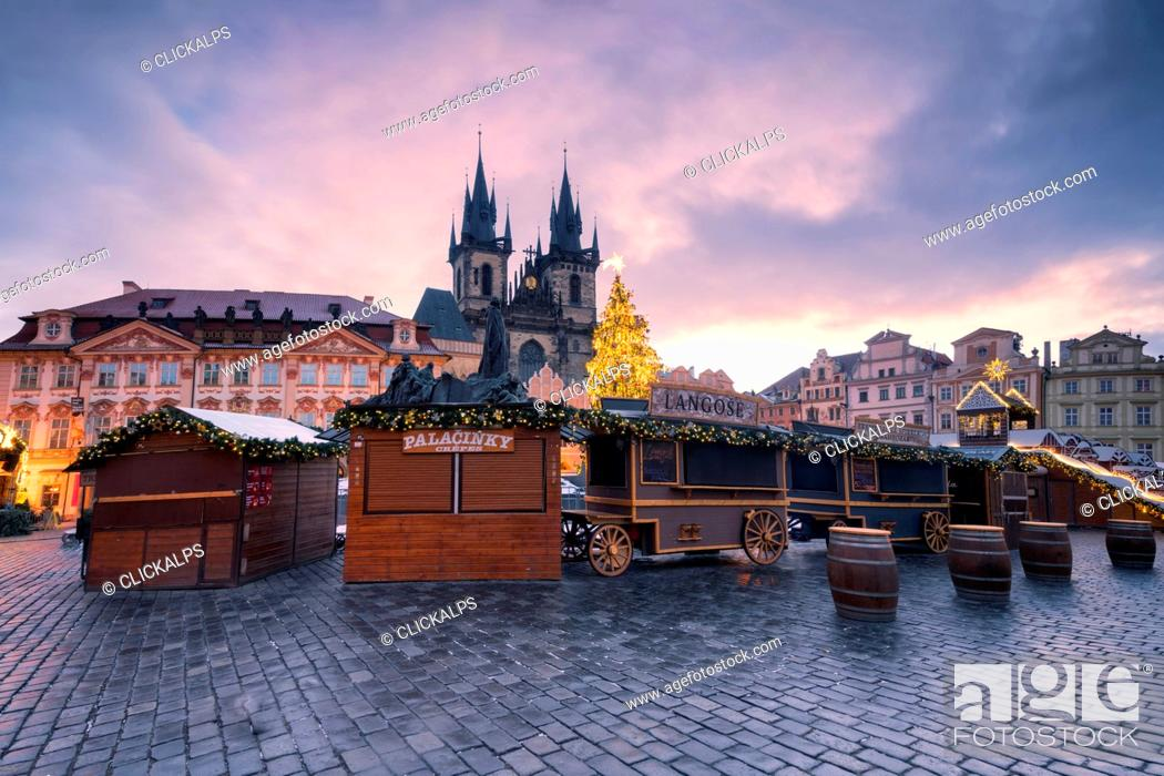 Photo de stock: Prague, Czech Republic The Church of Saint Mary of Tyn photographed at dawn, in the foreground Christmas stalls.