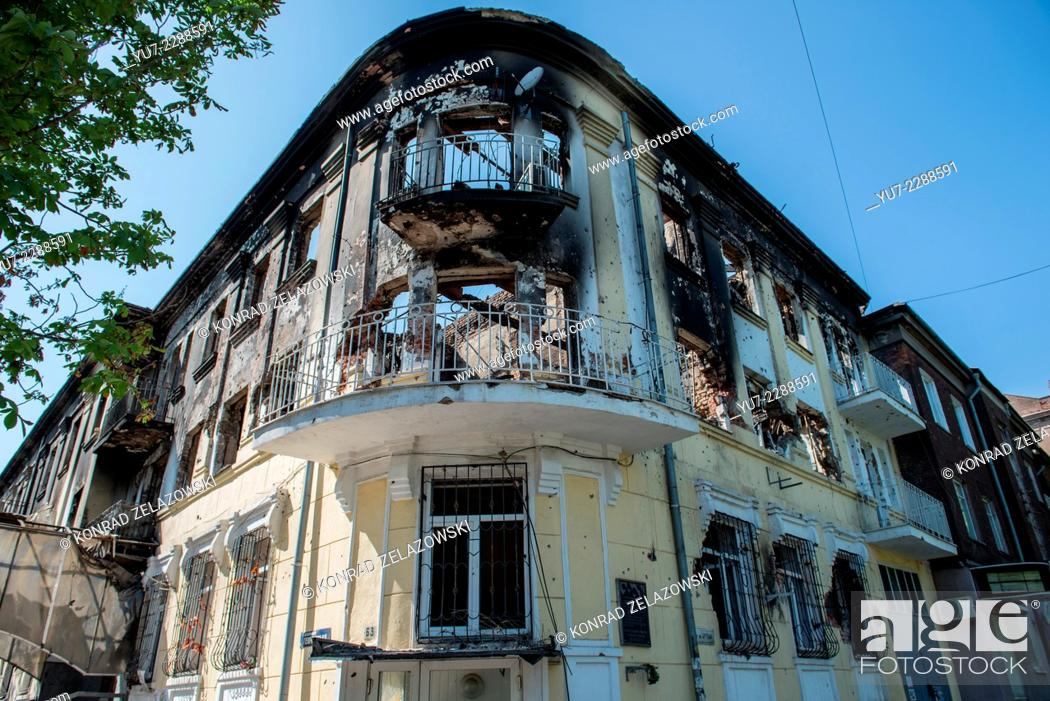 Imagen: burnt militia building during clashes in Mariupol, Ukraine on Victory Day, 9 May, 2014.
