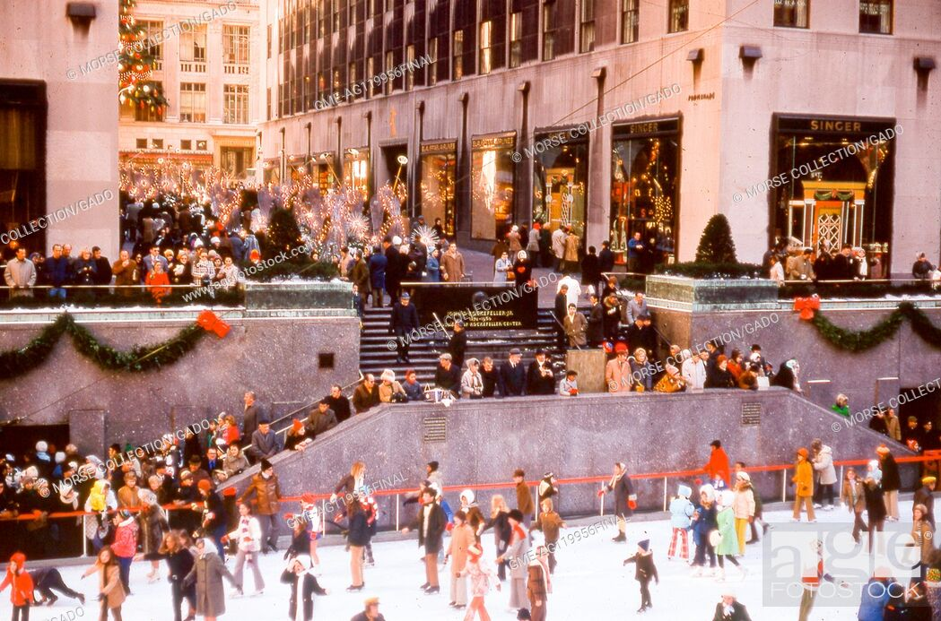 Imagen: View of the Rockefeller Center ice rink filled with visitors skating during the Christmas season, in Rockefeller Plaza, midtown Manhattan, New York City.