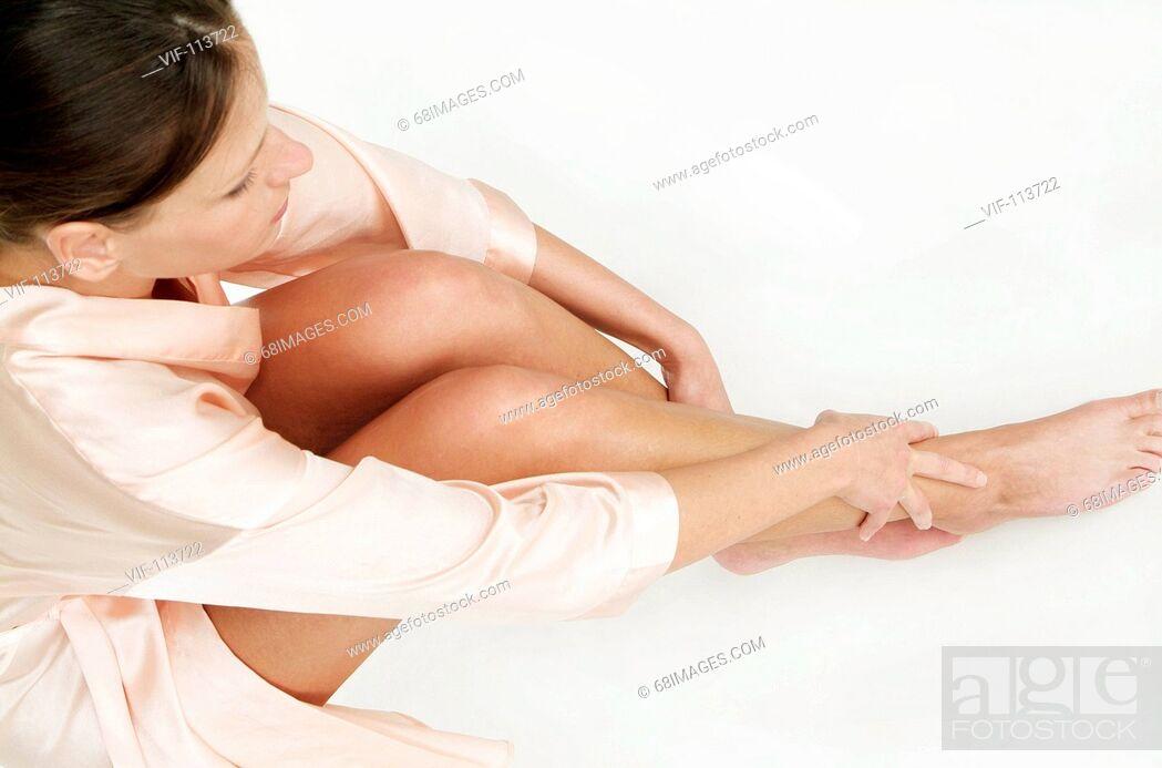 Stock Photo: Junge Frau bei der K°rperpflege - Eincremen - K°rperpflege - wellness / Studioaufnahmen / *Model Released* / eingebettetes Farbprofil: ECI-RGB.