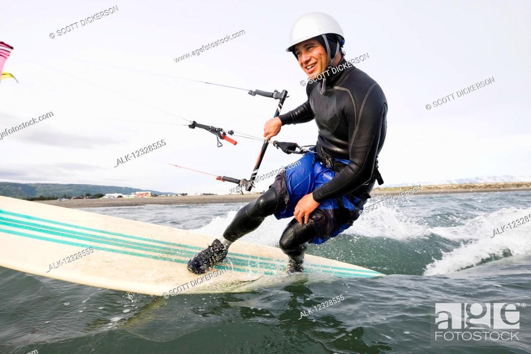 Imagen: Man kitesurfing in Kachemak Bay, South-central Alaska; Homer, Alaska, United States of America.