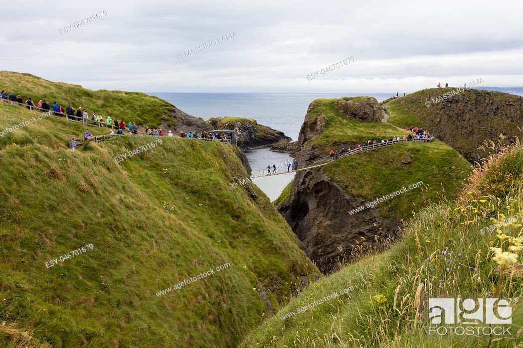 Imagen: Carrick-a-Rede Rope Bridge is a bridge near Ballintoy in County Antrim, Northern Ireland. The bridge links the mainland to the island of Carrickarede.