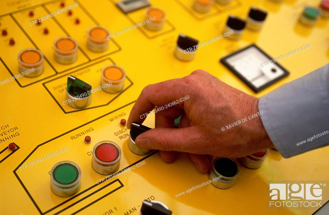 Imagen: Operative at control panel.