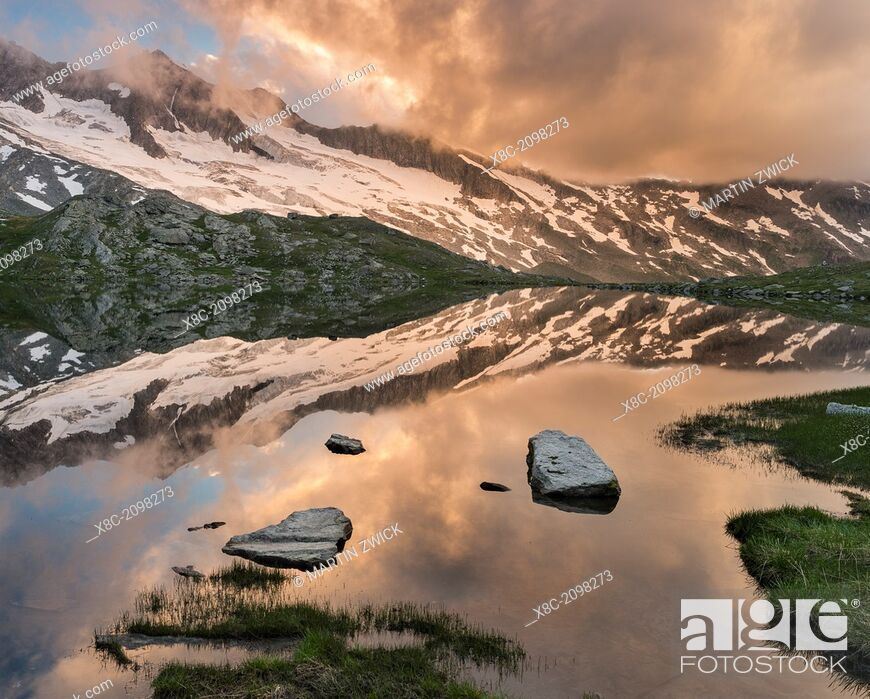 Photo de stock: Reichenspitz moutain range in the Zillertal Alps in NP Hohe Tauern. Upper Lake Gerlos. europe, central europe, Austria, Tyrol, August.