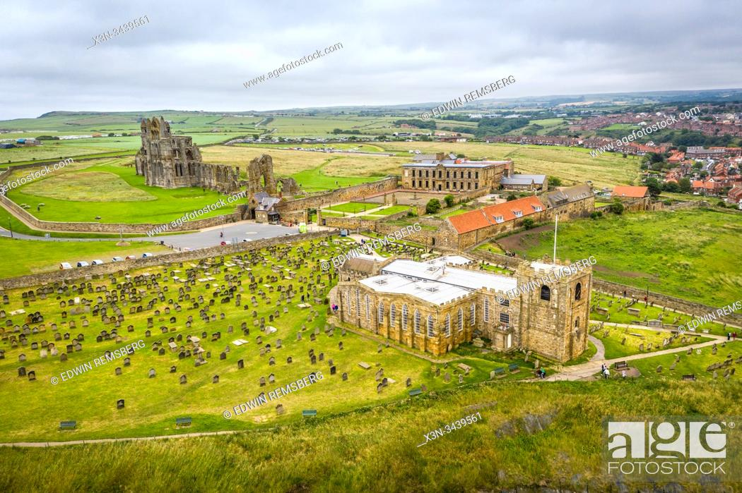 Imagen: The iconic Whitby Abbey sits on the hill above the quaint English seaside town of Whitby, Yorkshire, United Kingdom.