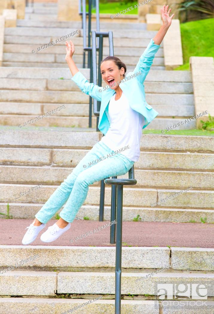 Imagen: Woman exercising on stairs outdoor.