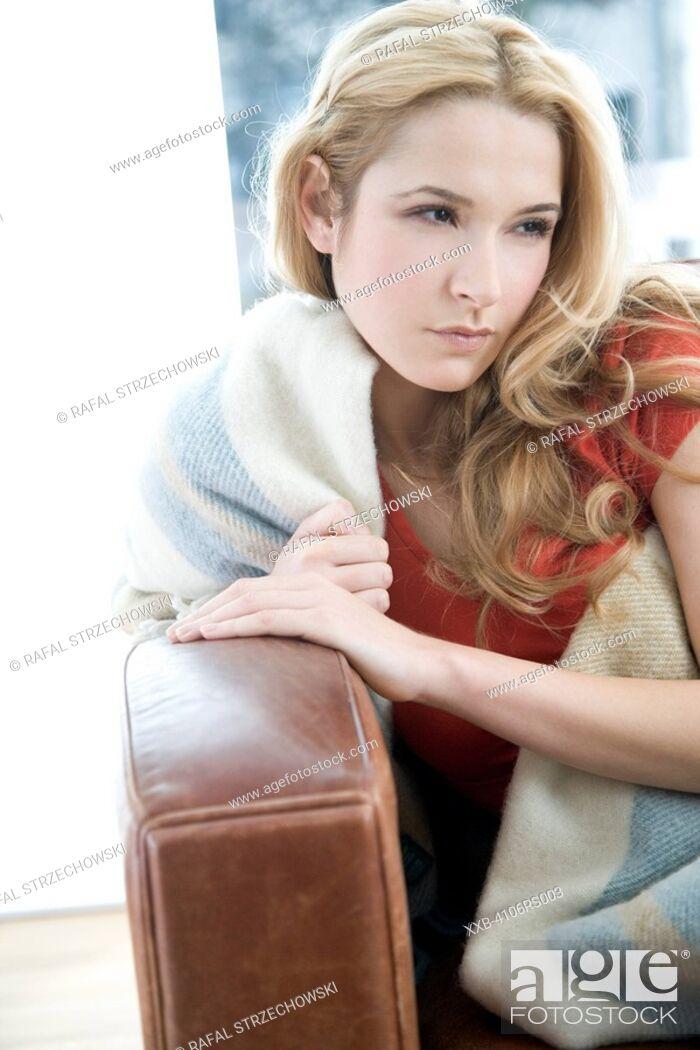 Imagen: woman relaxing on sofa.