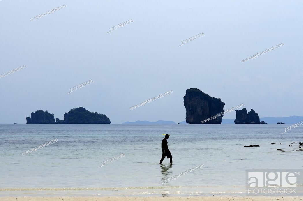 Imagen: Visitors on the exotic white sand beach Ko Tup island off Ao Nang Thailand. Ko Poda is an island off the west coast of Thailand, in Krabi Province.