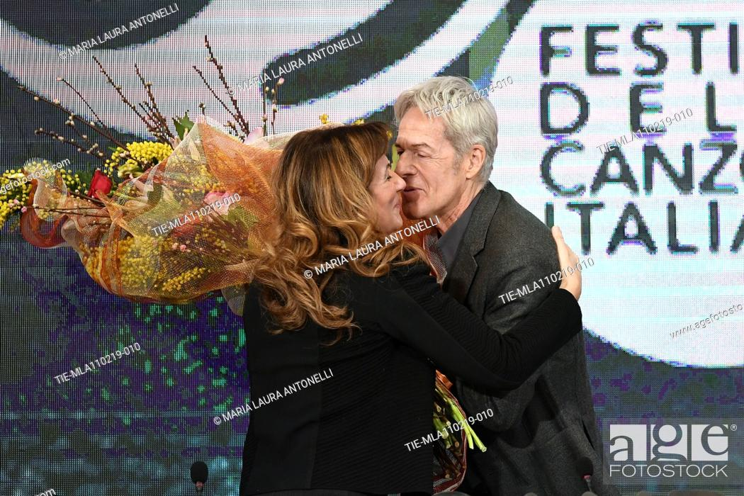 Imagen: Claudio Baglioni gives to Director of Rai 1 Teresa De Santis a bouquet of flowers during the final press conference of 69th Sanremo Music Festival, Sanremo.