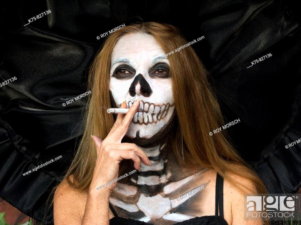 Imagen: Catrina smoking, Day of the Dead.