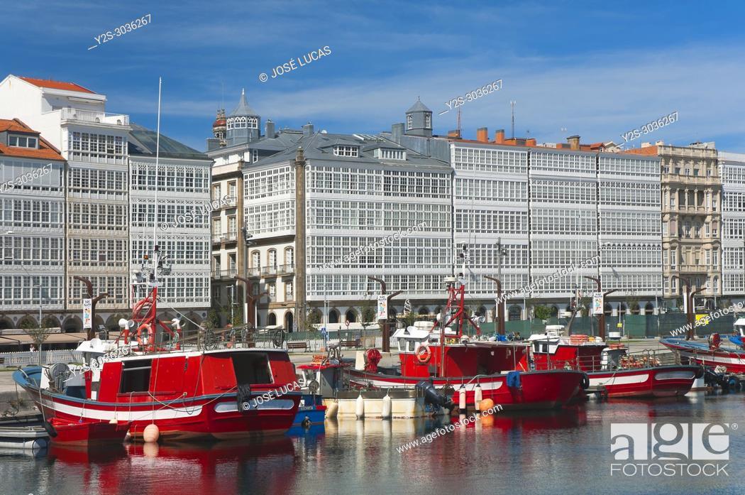 Imagen: Seafront and fishing port, La Marina avenue, La Coruña, Region of Galicia, Spain, Europe.
