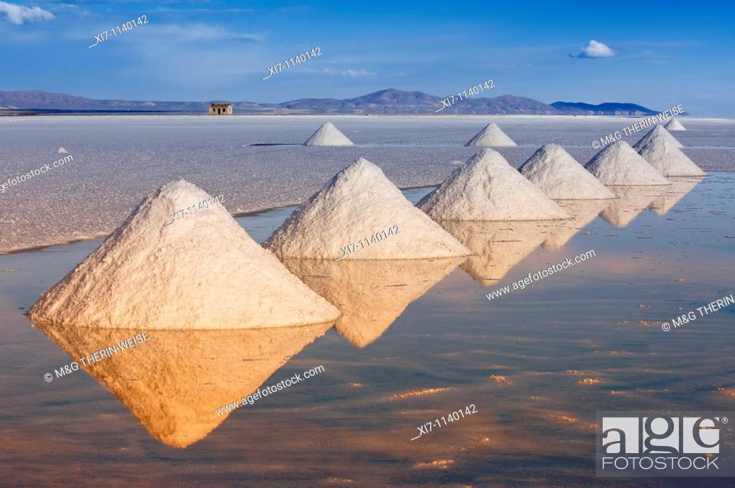 Imagen: Salt cones, Salar de Uyuni at sunset, Potosi, Bolivia.