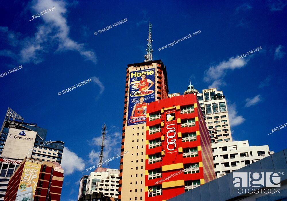 Imagen: Manila skyline in Makati in Manila in Luzon Metro Manila in the Philippines in Southeast Asia Far East.