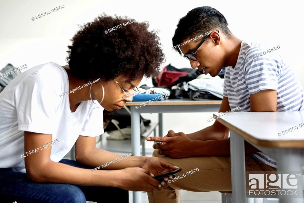 Imagen: Students in classroom using smart phones.
