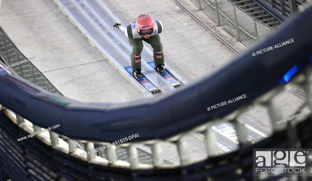 Imagen: 04 March 2021, Bavaria, Oberstdorf: Nordic skiing: World Championships, Ski jumping - large hill, men, qualification. Jan Hoerl from Austria in action.