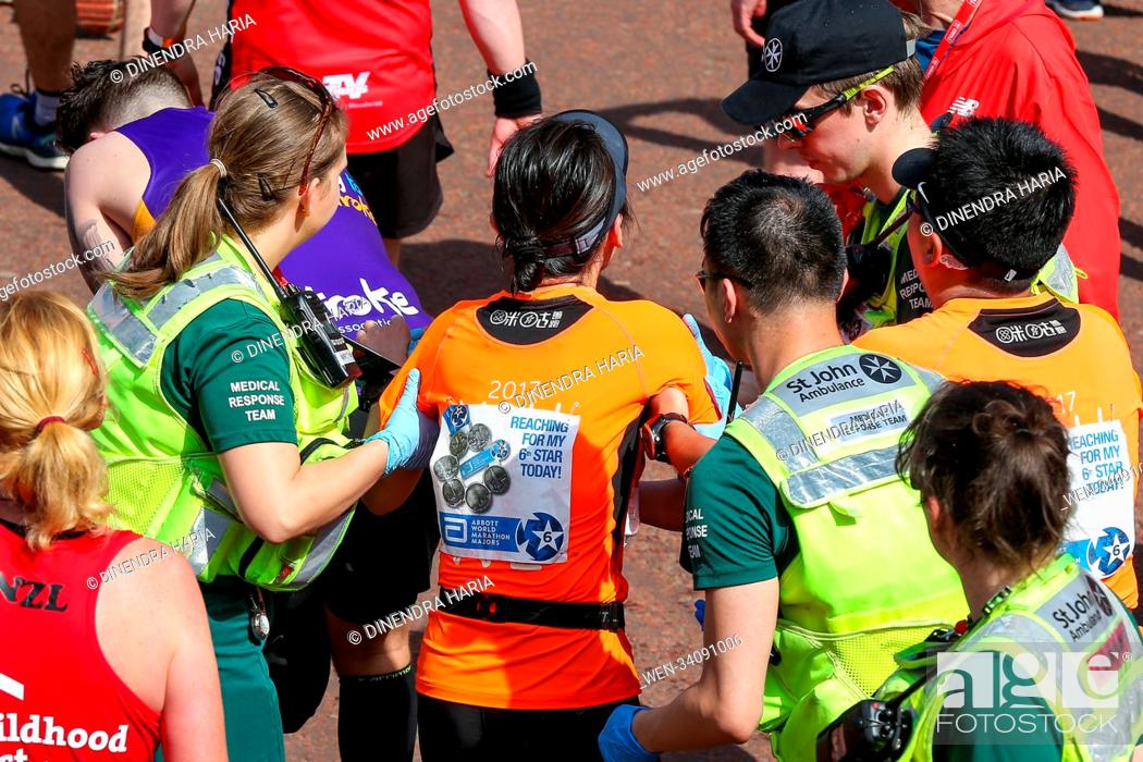 Imagen: Runners at the finish line. Around 40,000 runners take part in the 38th London Marathon. The elites runners followed by thousands of club athletes, fun runners.