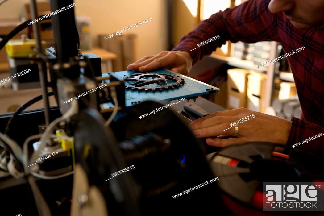 Imagen: Mechanic working on die machine.