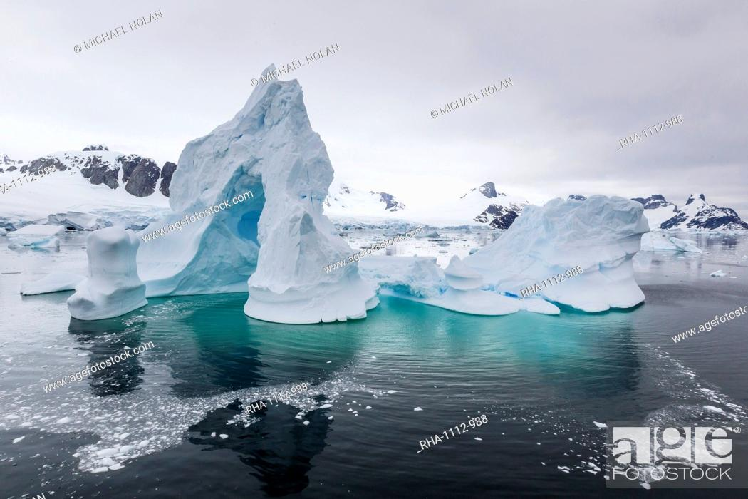Imagen: Huge arched iceberg in Neko Harbour, western side of the Antarctic Peninsula, Southern Ocean, Polar Regions.
