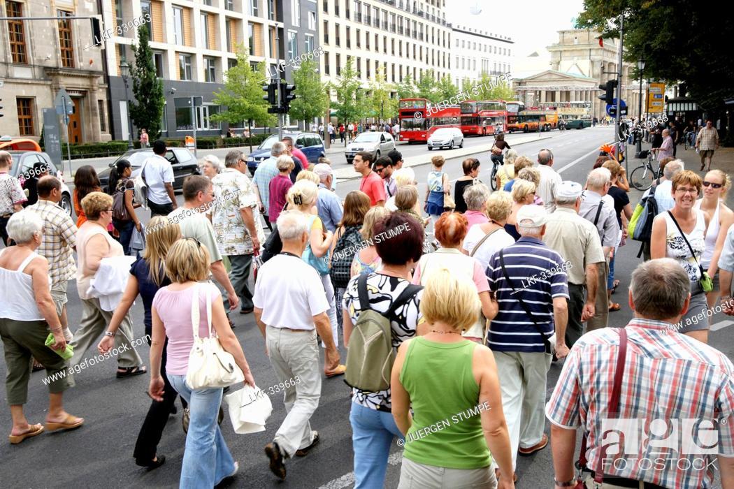Imagen: Tourists between Brandenburg Gate and Reichstag, Berlin Mitte, Berlin, Germany, Europe.